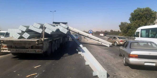 سقوط عوارض حديدية محملة على شاحنة عند المتحلق الجنوبي بدمشق تؤدي لاختناق مروري