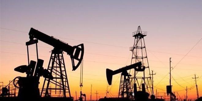 النفط يصعد أكثر من 1 بالمئة وسط مؤشرات على شح الإمدادات الأمريكية